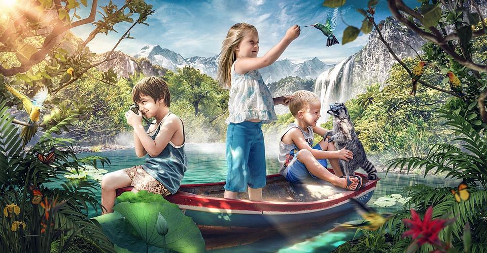 дети летом играют в лодке