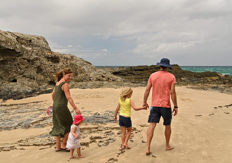 дети с родителями на берегу моря