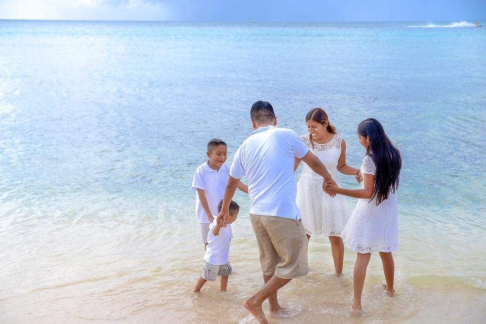 отдых родителей с детьми летом на море