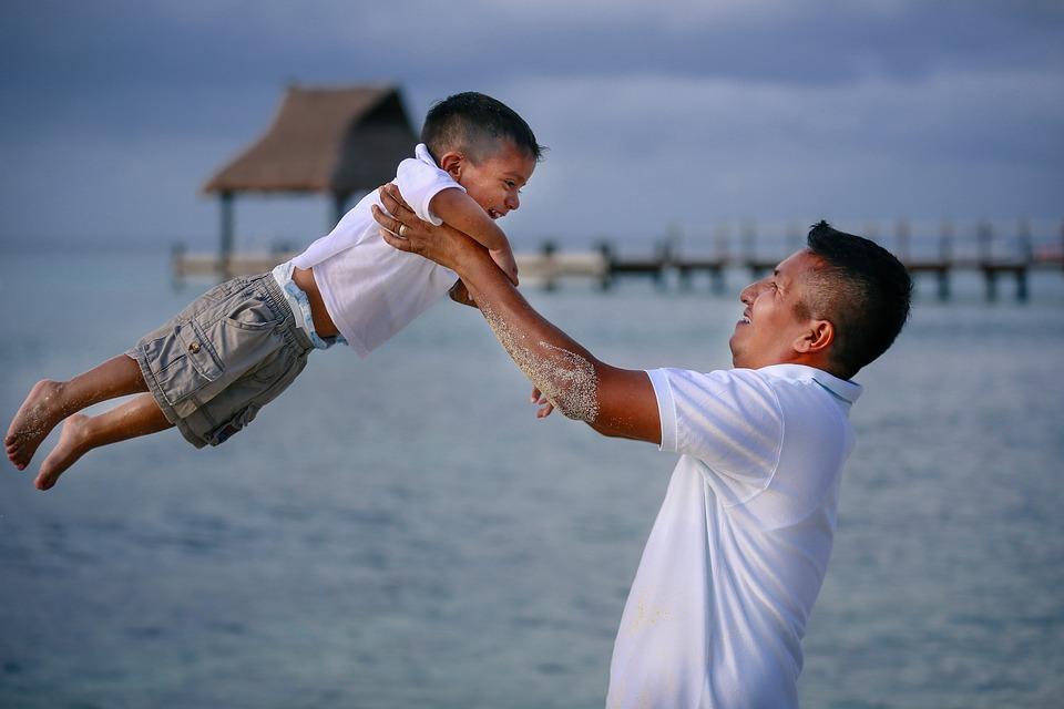 отец подбрасывает сына