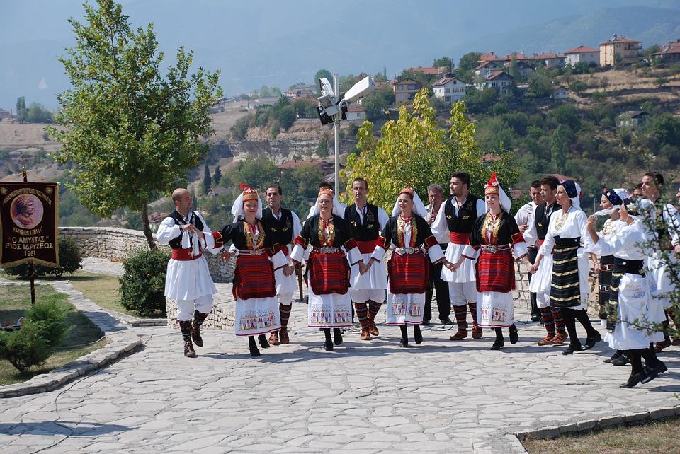 греки танцуют народный танец
