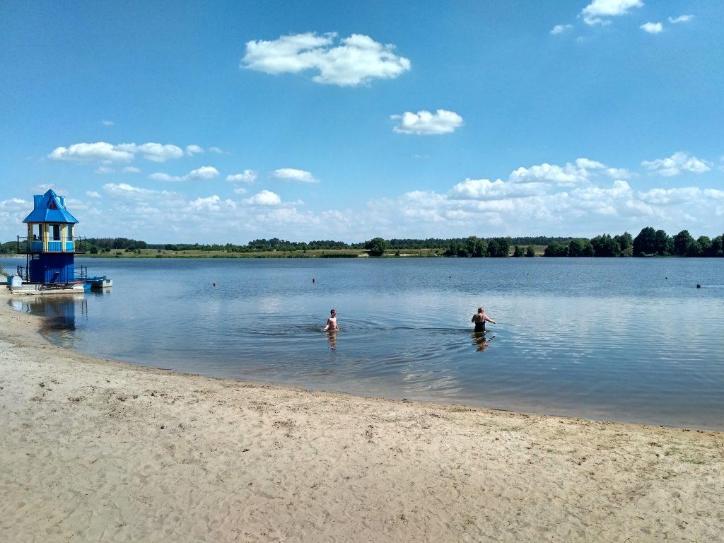 озеро и пляж в санатории Червона Калина на Ривненщине