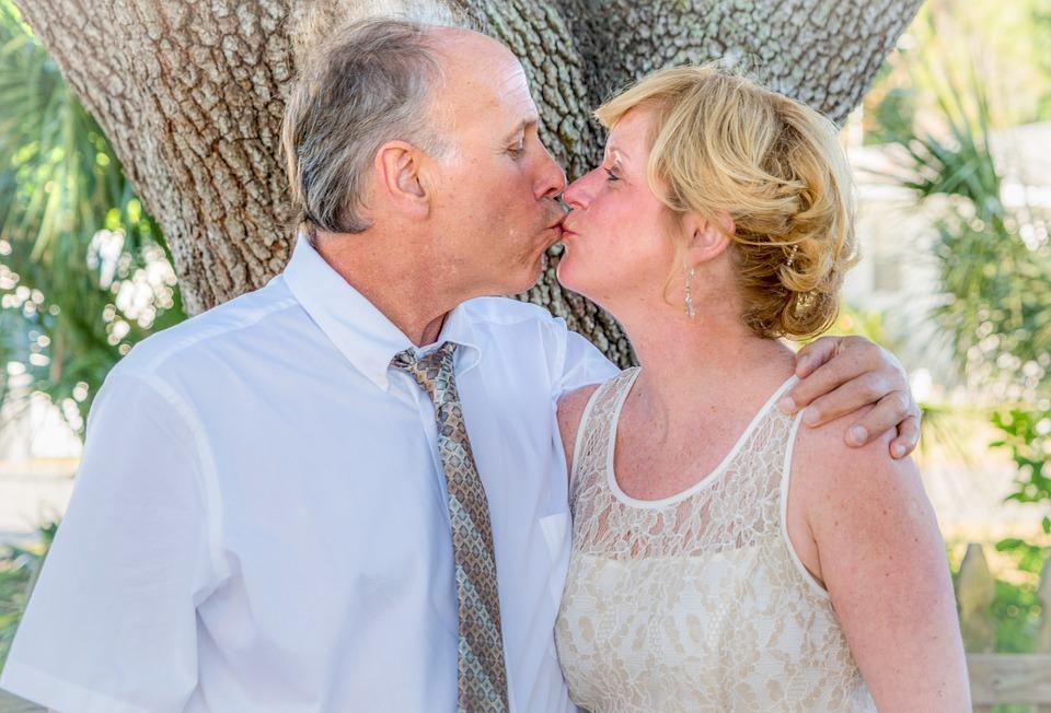 поцелуй зрелой пары