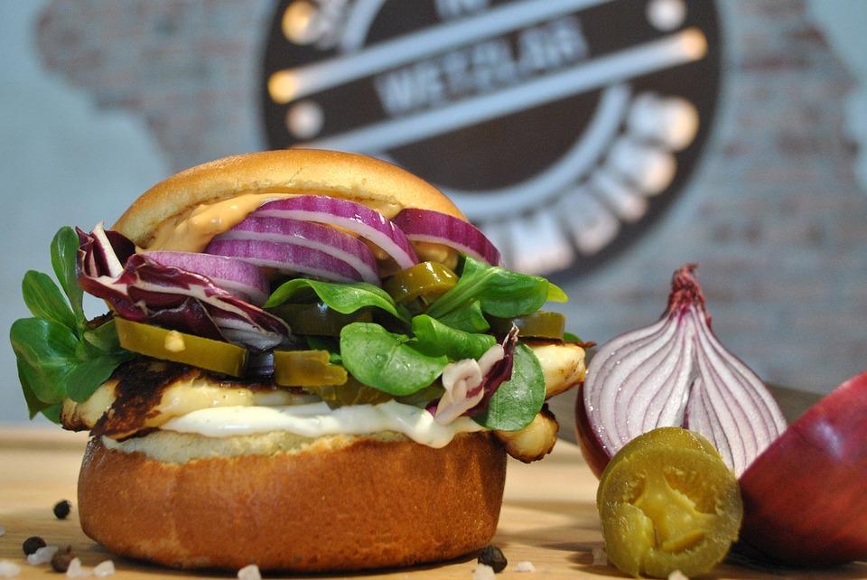 вегетарианский гамбургер с зеленью