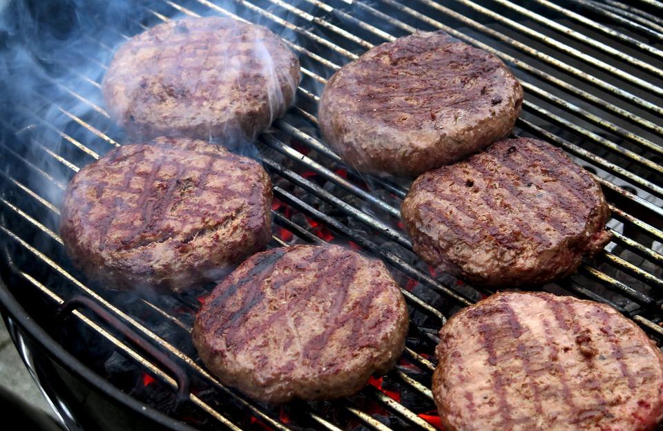 котлеты для гамбургера на решетке
