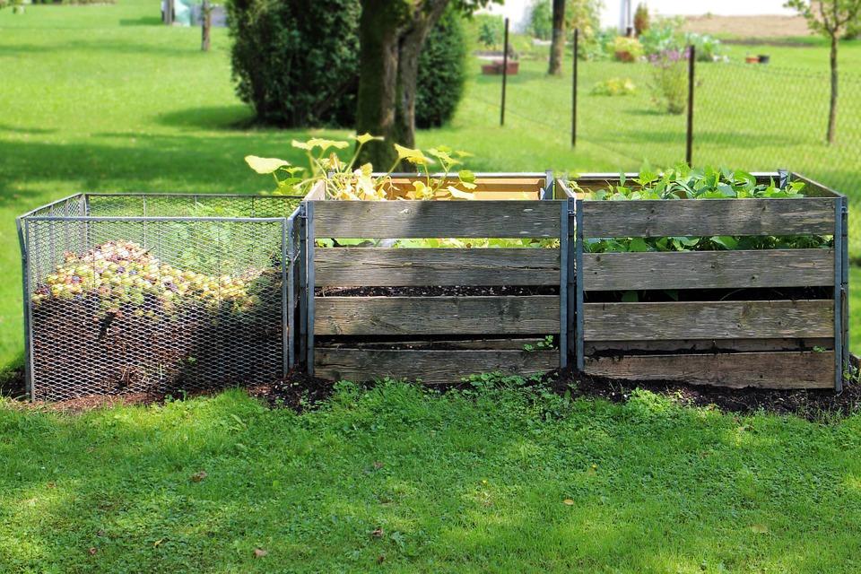 компостная куча в саду