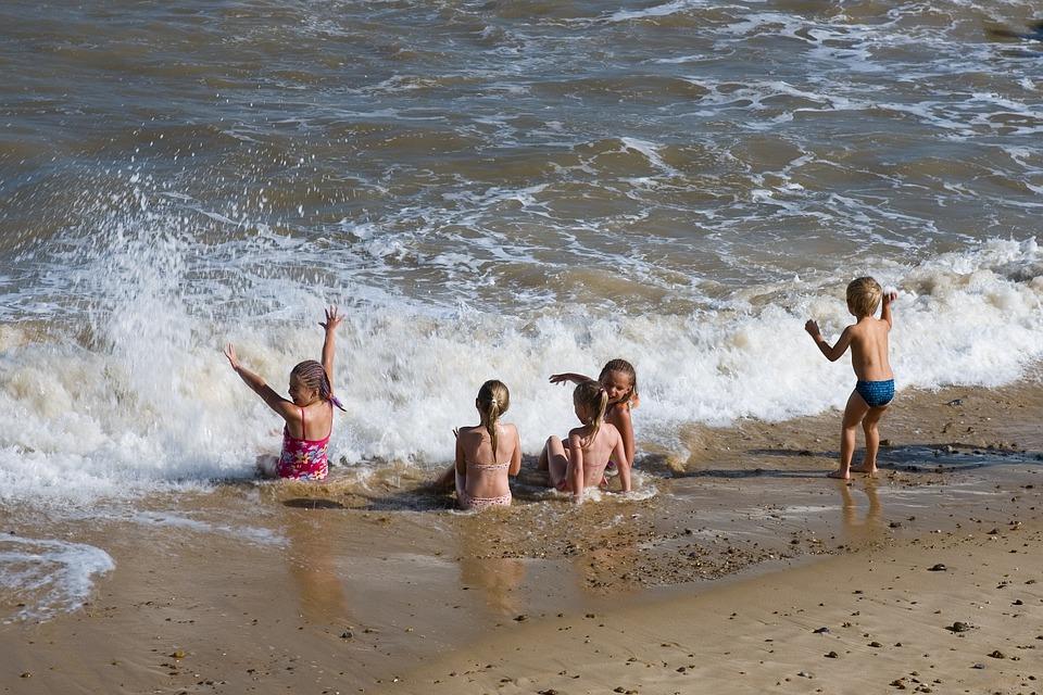 дети на пляже в воде