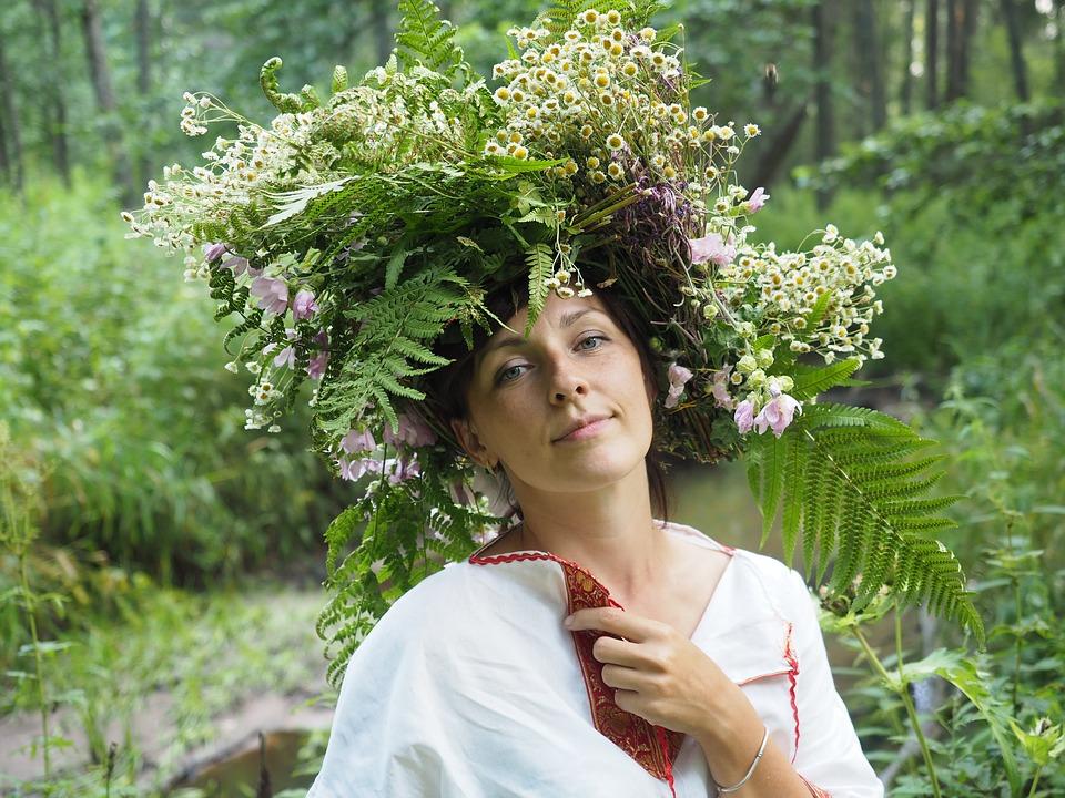 девушка в венке нарядилась на праздник Ивана Купала