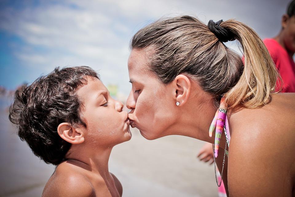 сынок и мама целуются