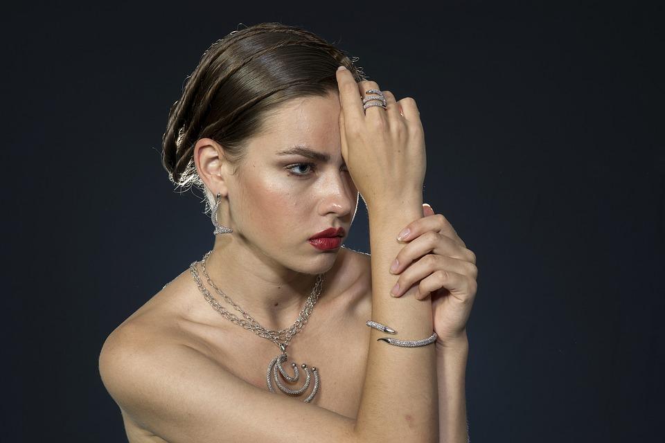 ювелирные украшения на красивой женщине