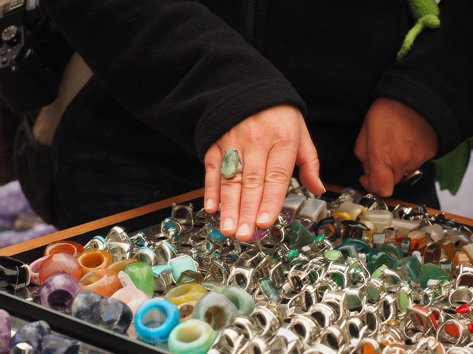 рук с кольцом и украшения