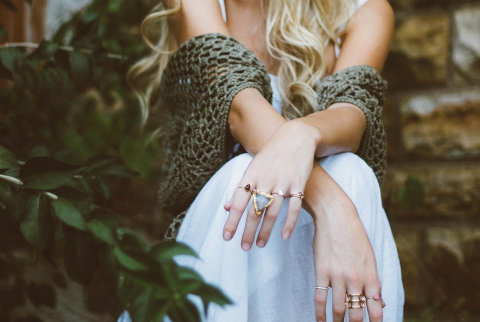 изящные кольца и перстни на женских руках