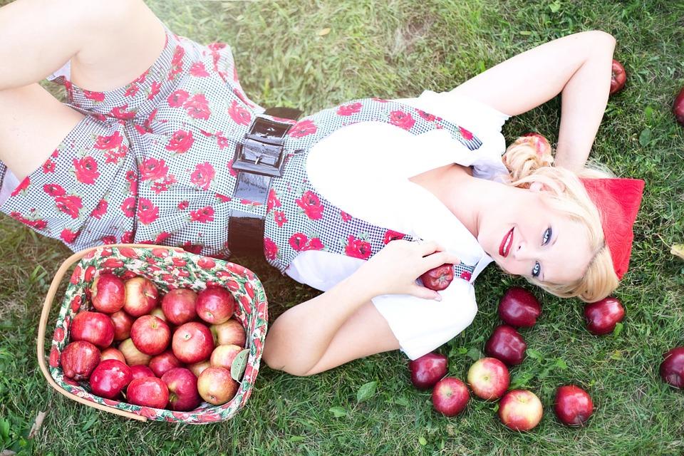 девушка с яблоками в саду