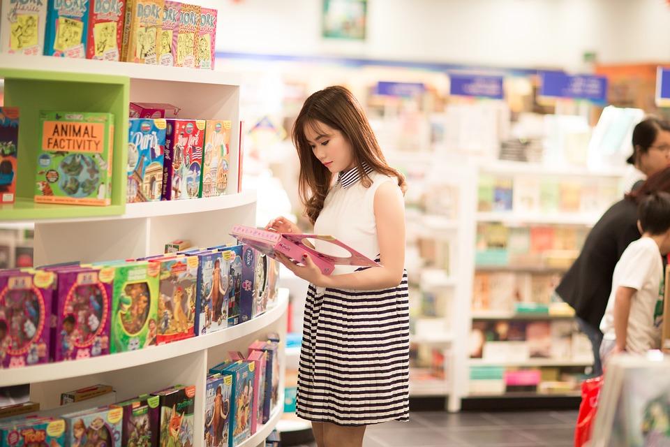 девушка изучает штрихкод в магазине