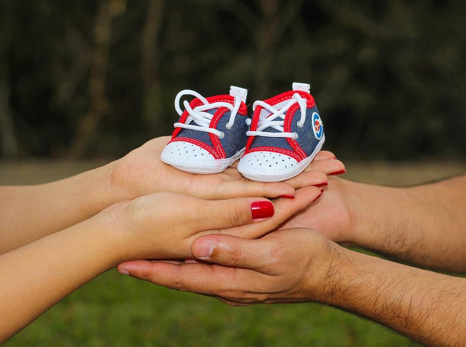 детская обувь в руках родителей
