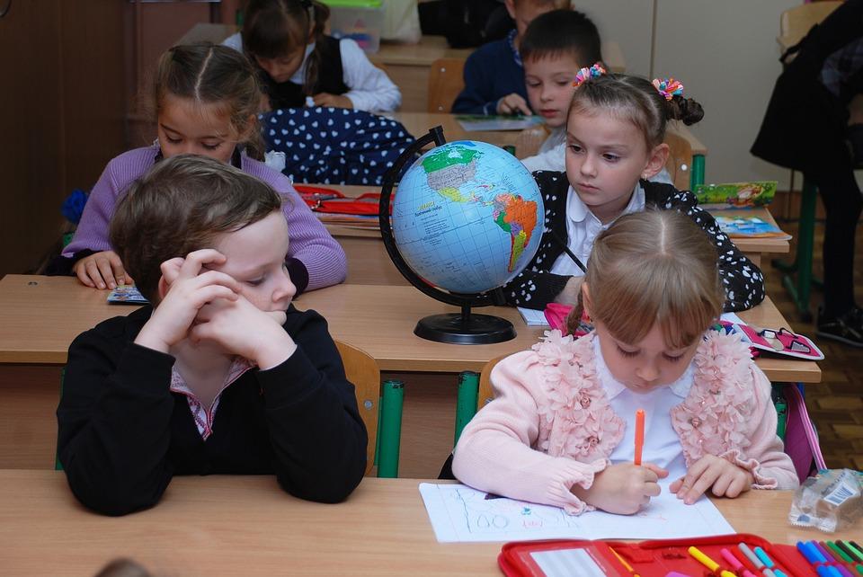 школьники за партой в школе