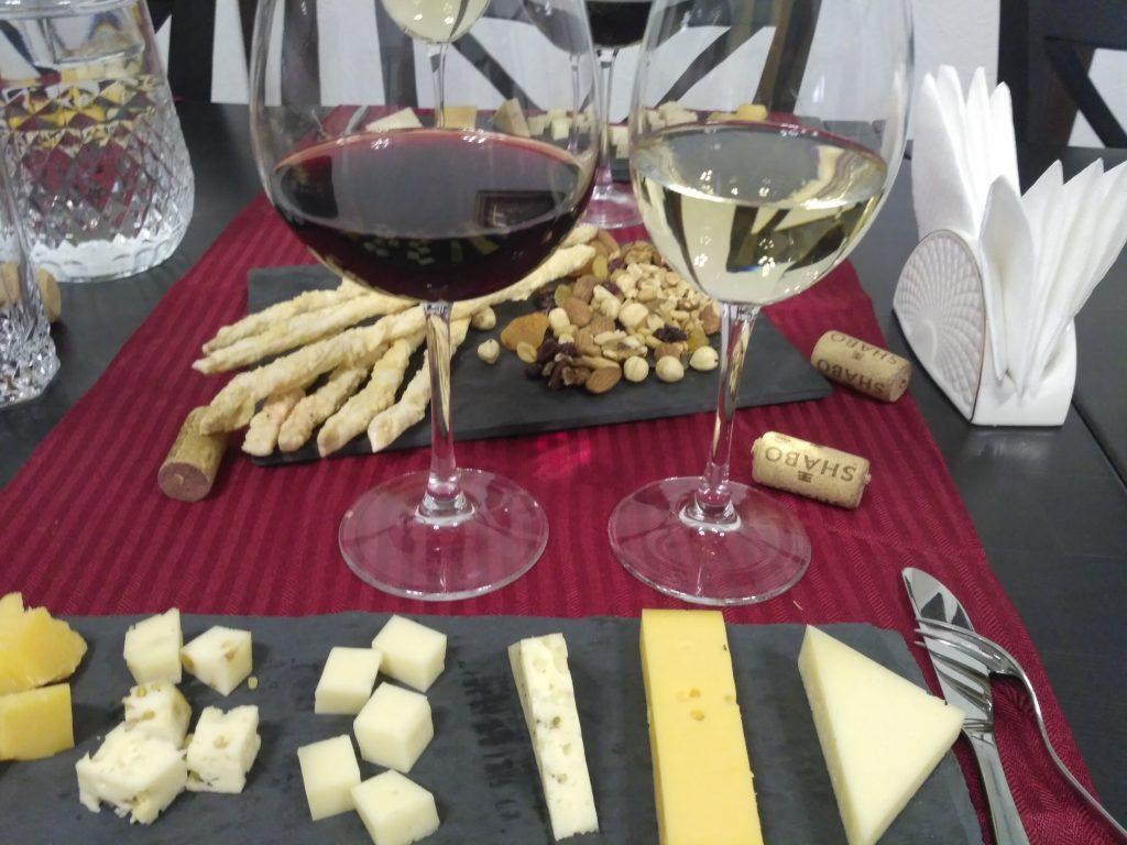 сыр и вино на дегустации