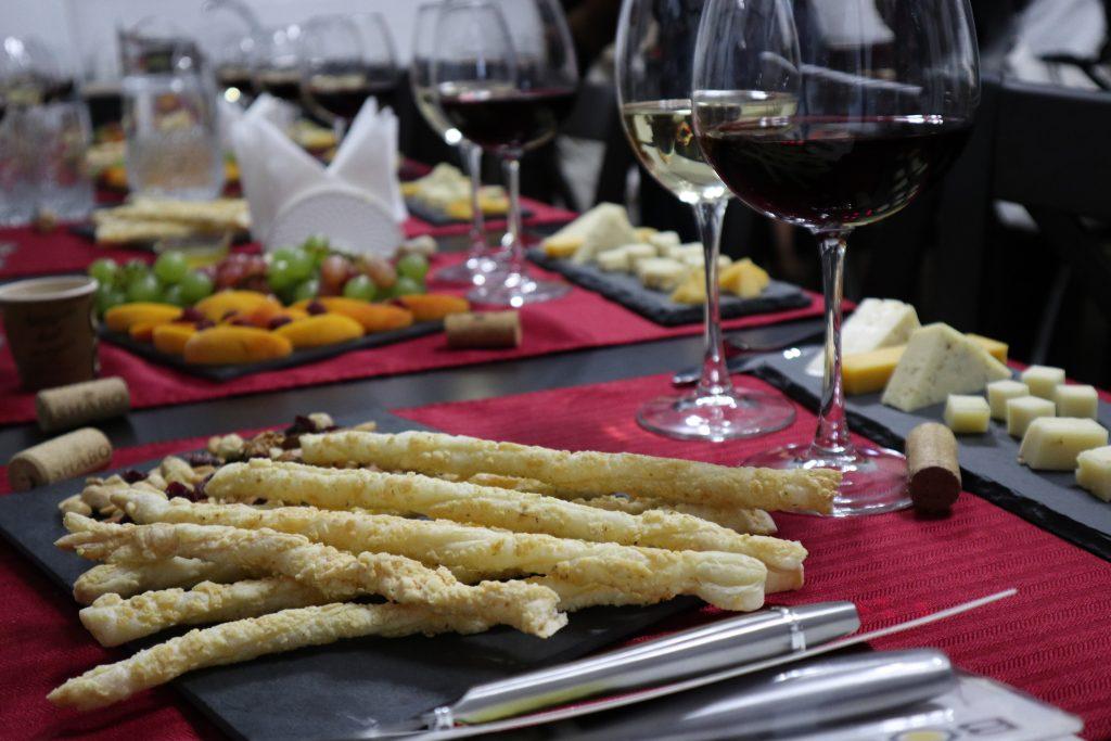 сыр, вино и сырные палочки