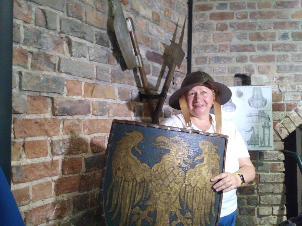 Турист в рыцарских доспехах в Пястовской башни Ополе