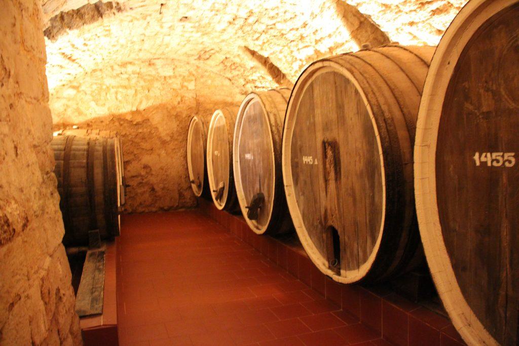 бочки в вином в подвале Шабо