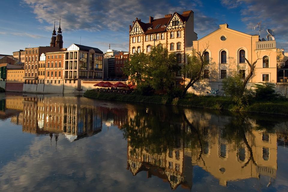 здания вдоль канала в Ополе Польша