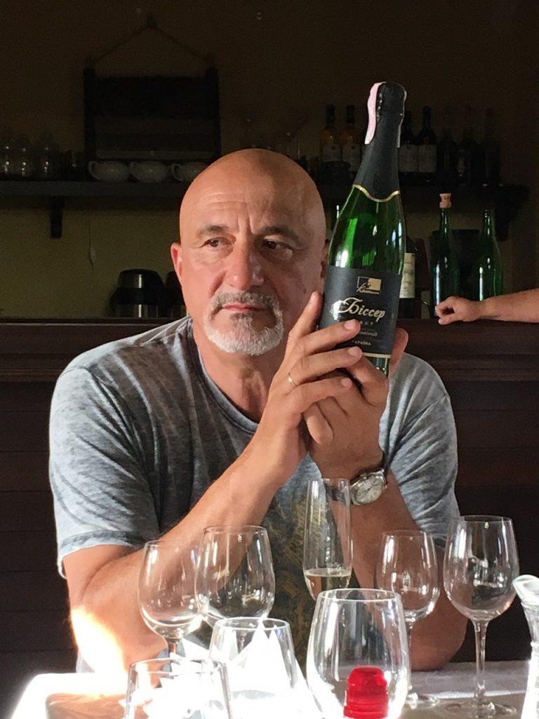 Иван Плачков с бутылкой вина Биссер
