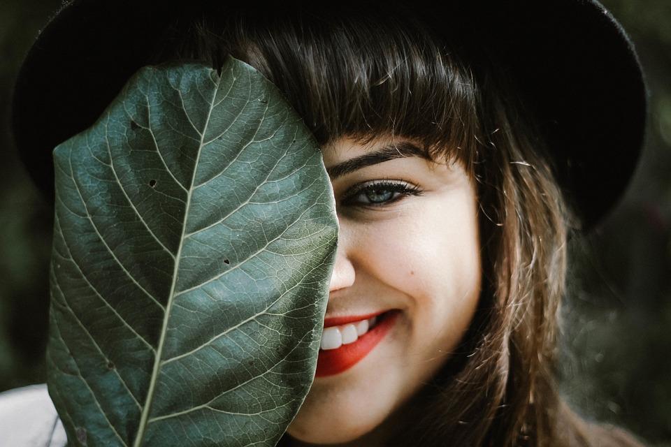 молодая девушка улыбается и радуется