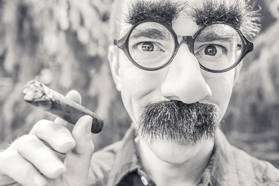 мужчина с усами и длинным носом
