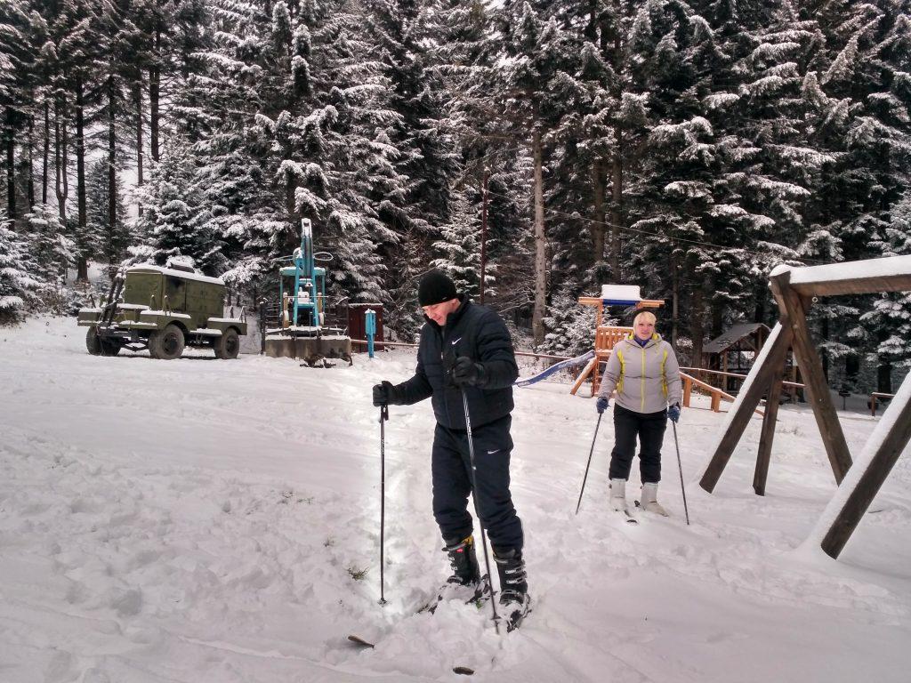 туристы катаются на лыжах