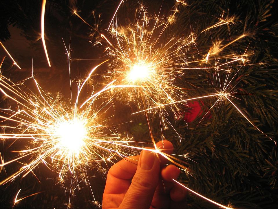 бенгальские огни в новогоднюю ночь