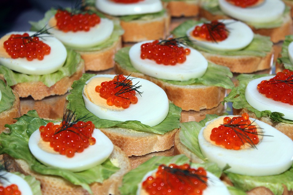 бутерброды с красной икрой и яйцом
