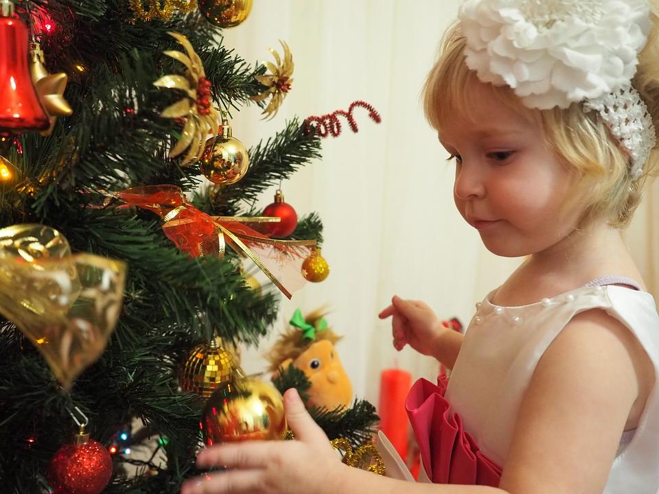 девочка загадывает желание у елки