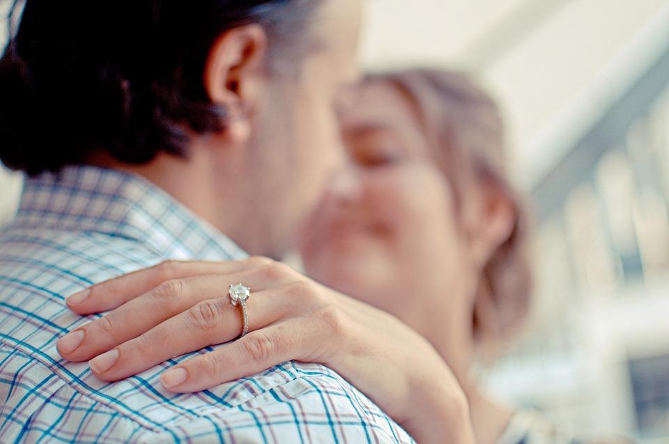 подарили бриллиантовое кольцо