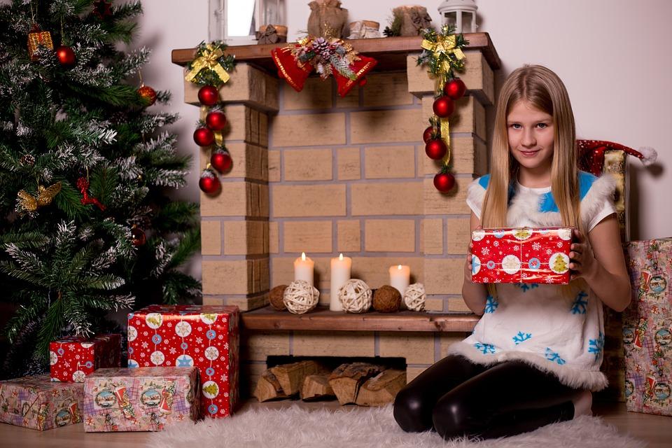 девочка с подарками у елки