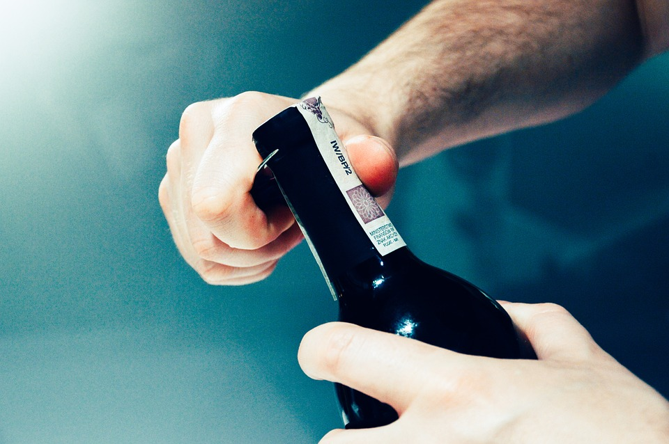 как открыть ножом бутылку с вином