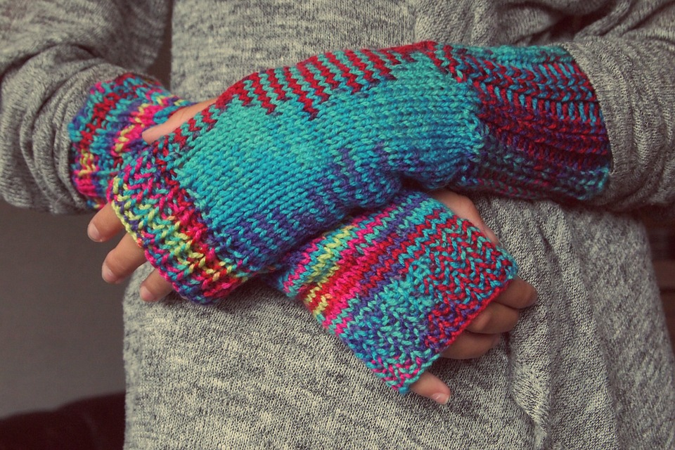 перчатки и свитер из шерсти