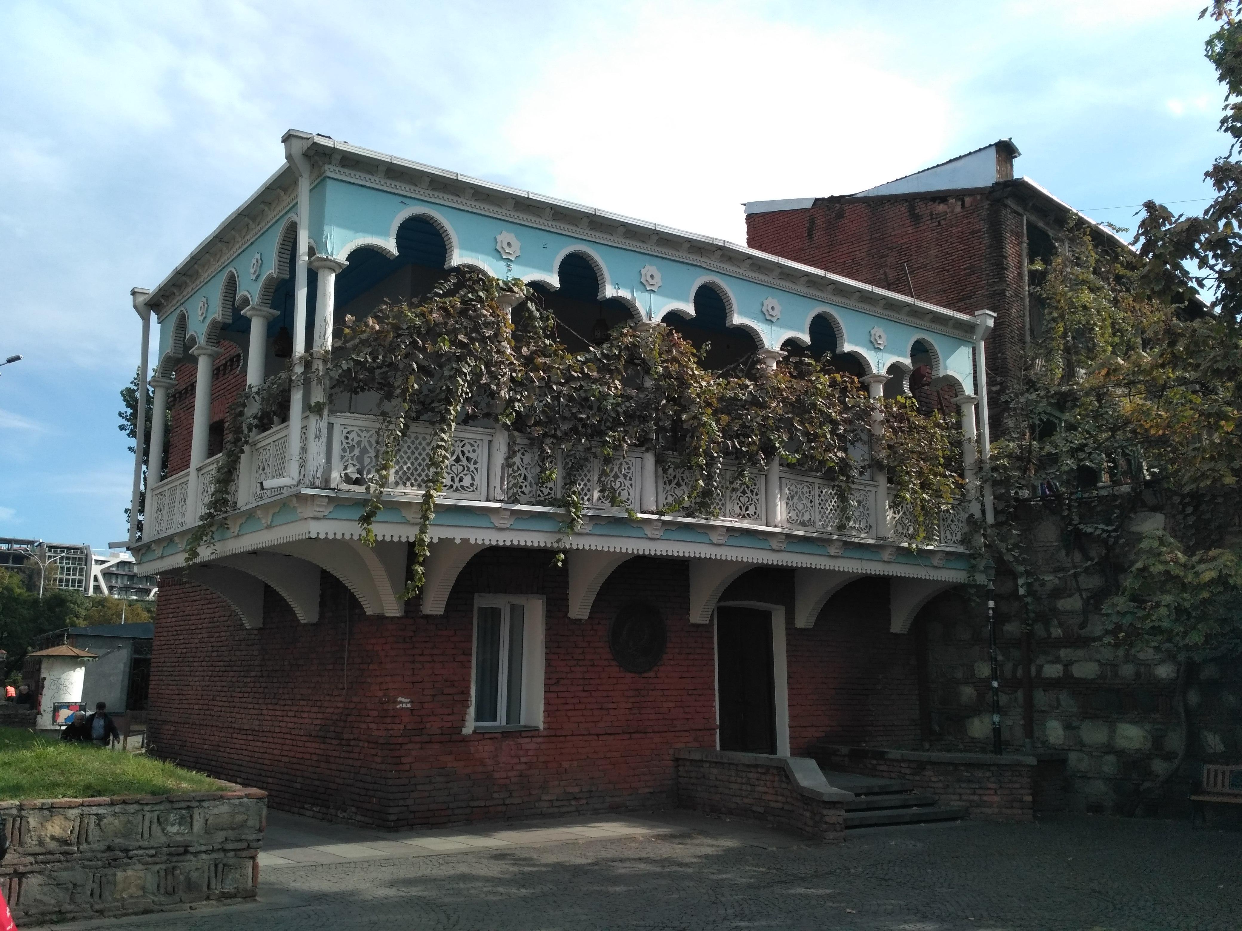 дом с балконом в старом городе Тбилиси
