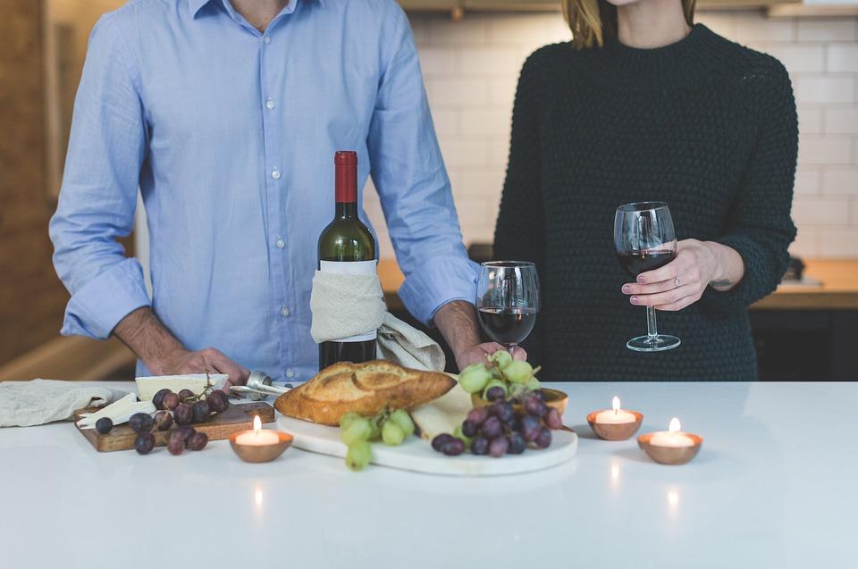 пара ужинает дома в день влюбленных