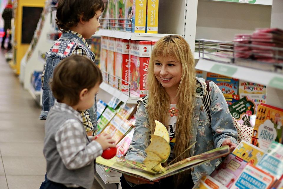 мальчики выбирают детские книги в магазине