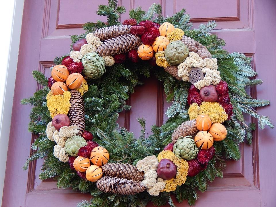 рождественский венок на дверях