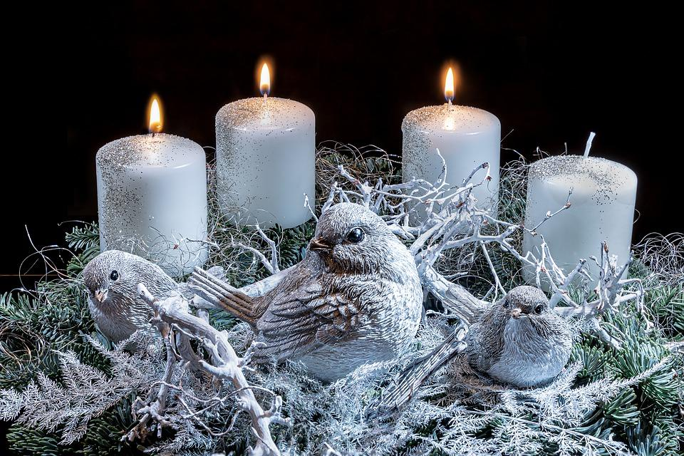 венок Адвента с белыми свечами