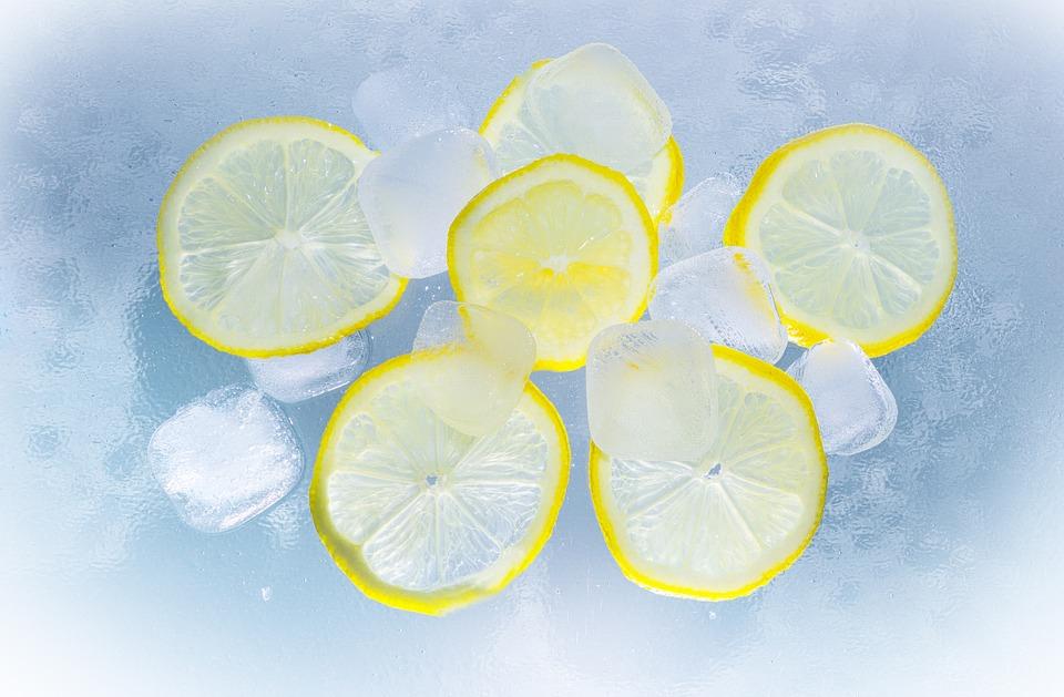 лимоны и кубики льда