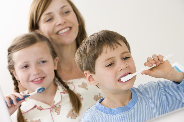 картинка семья чистит зубы новым человеком