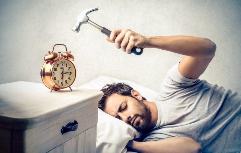 звенит будильник
