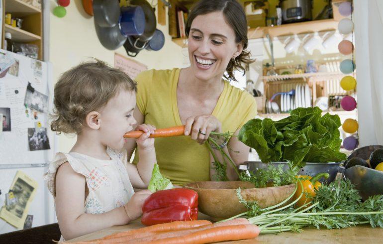 мама с ребенком едят овощи
