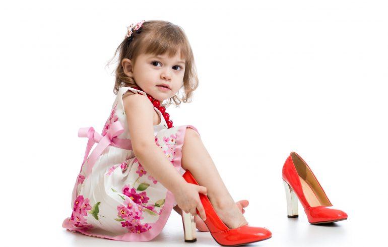 девочка примеряет туфли на каблуках