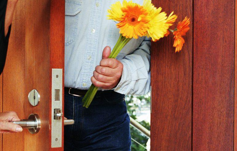 муж дарит жене цветы