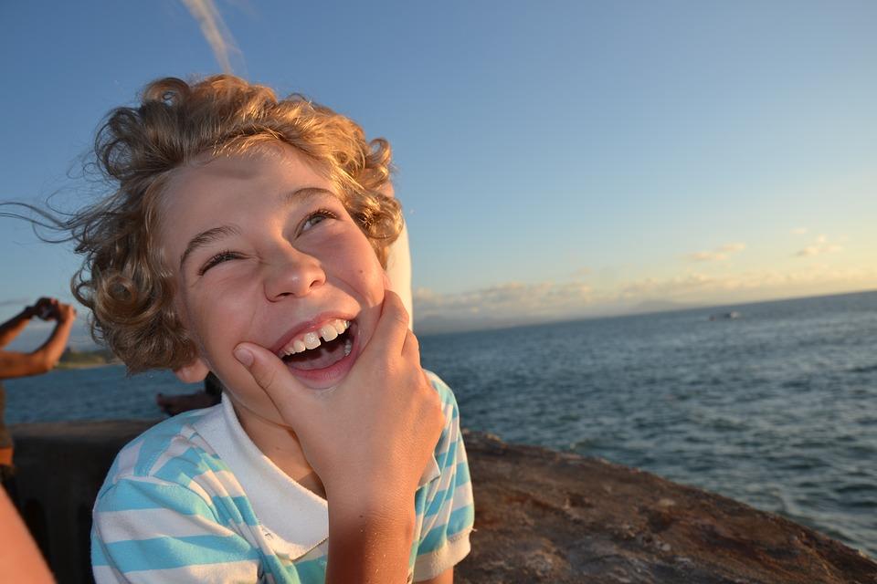мальчик смеется на пляже