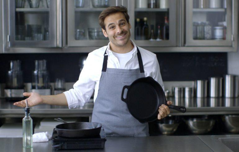 чистить сковороду