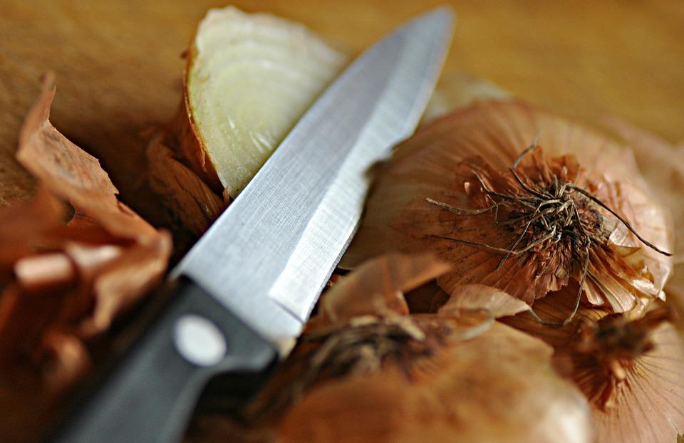 лук и луковая шелуха с ножом